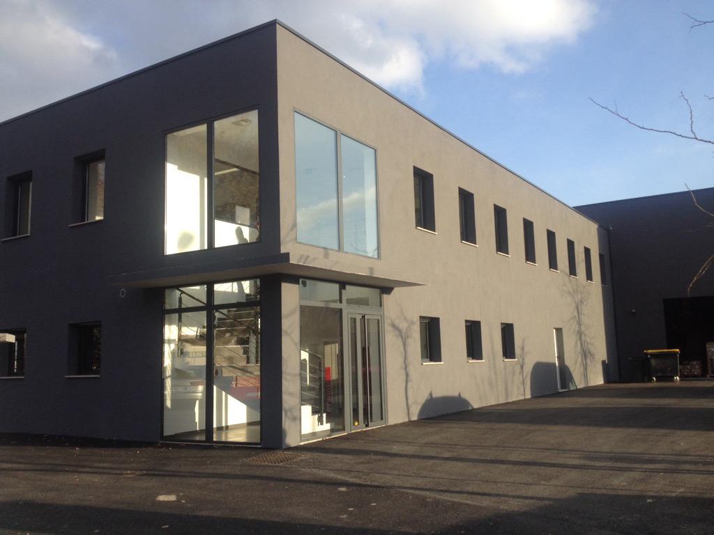 Photo d'une réalisation de fermetures en aluminium, vitrines et portes d'entrée alu